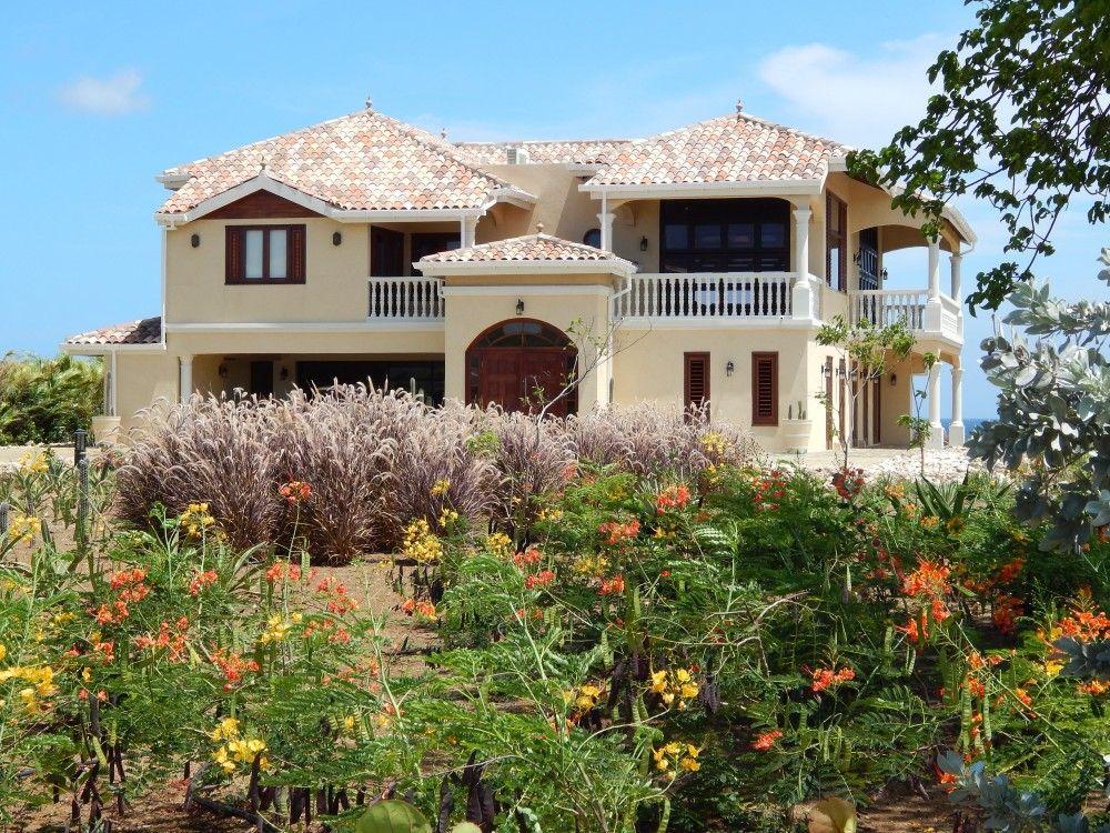 kura-hulanda-living-en-porch-1000x750